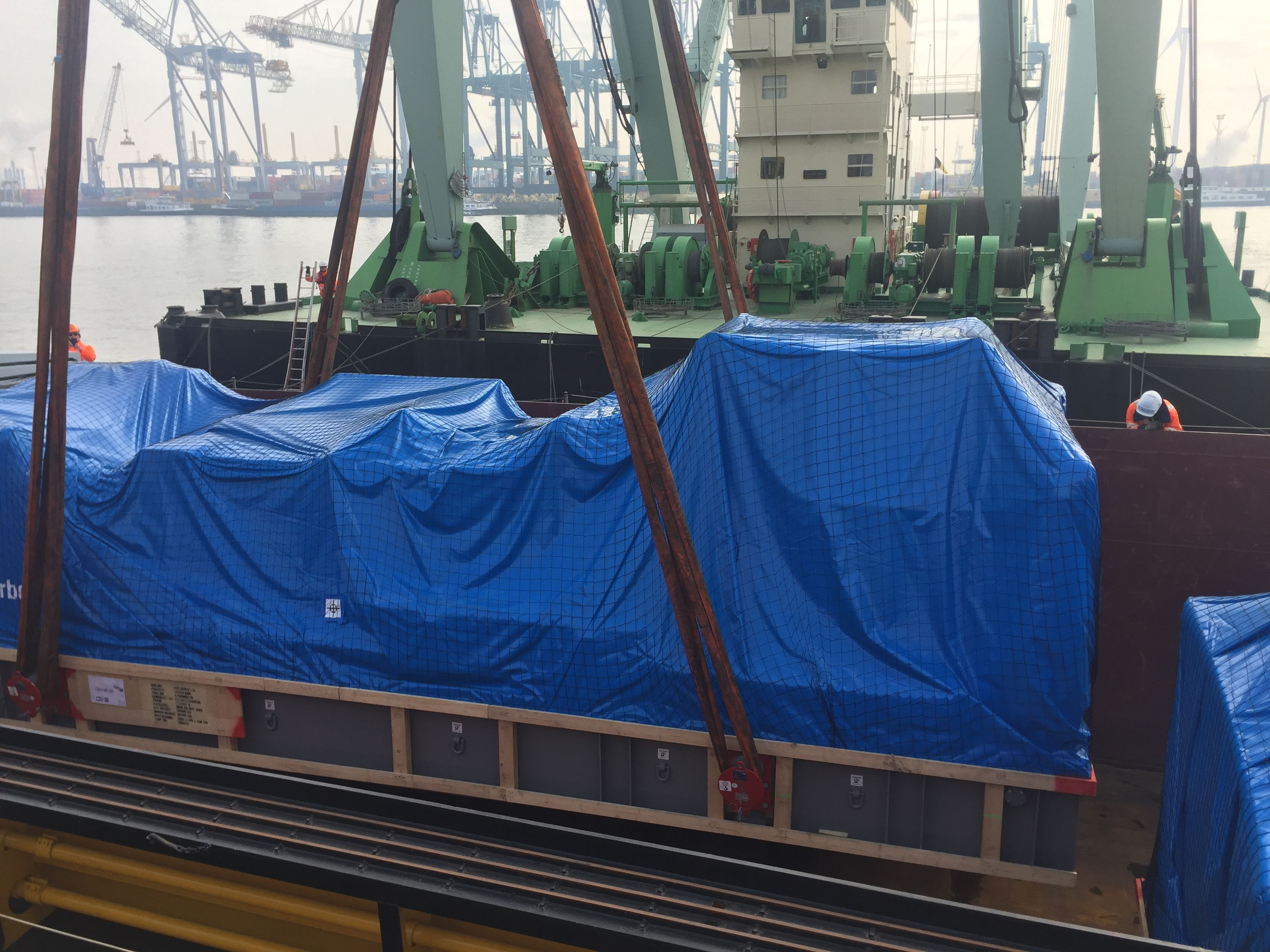 1 / 30 Project ex Antwerp to Hong Kong - 6 Heavy Lift Units - loaded as Breakbulk on Container vessel on bed of 18x40'Flat Rack (3 units - each 900x430x430cm each 62'500 kgs + 3 units each 1245x482x455cm each 104'000 kgs)